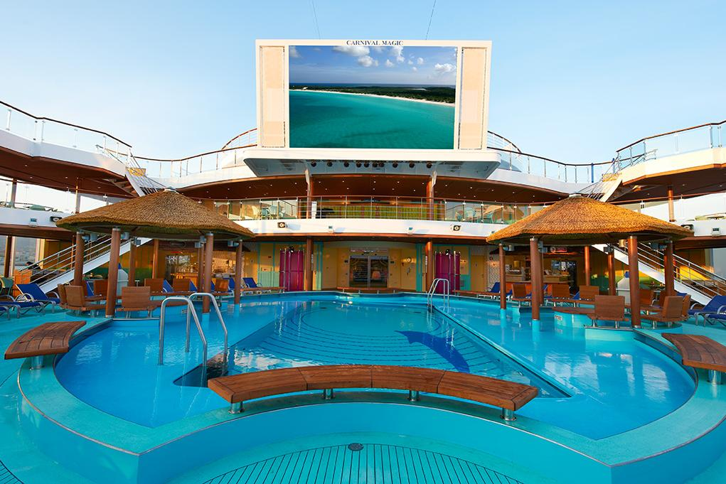 Cine y piscina Carnival Magic